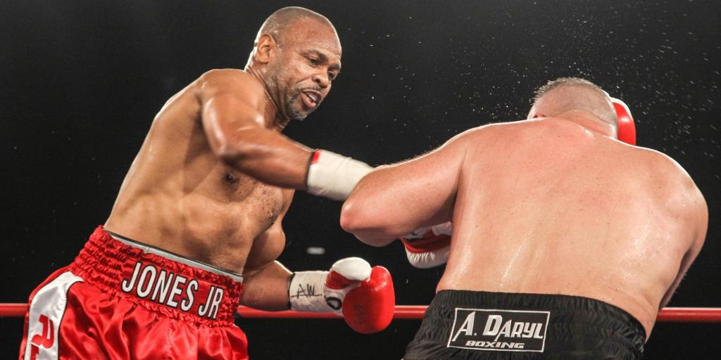 Рою Джонсу 48 лет, он ломает сопернику нос и побеждает досрочно