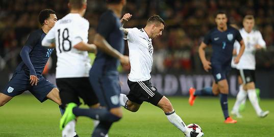 Германия обыгрывает Англию: супергол Подольски и лучшие моменты