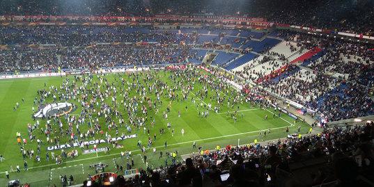 Фанаты «Бешикташа» едва не сорвали матч с «Лионом»