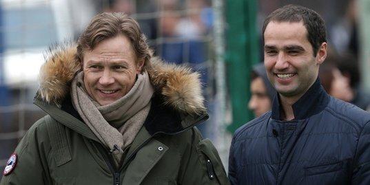 Участники шоу «Кто хочет стать легионером?» играют в футбол на глазах у Карпина и Широкова