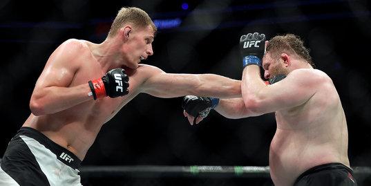 «Не знаю, защищает ли большой живот от ударов». Как победить самого необычного тяжеловеса UFC