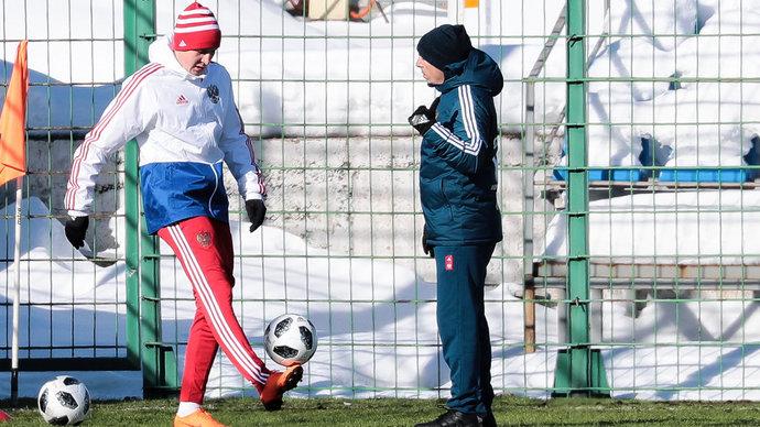 Игнатьев и Кузяев выполняют беговые упражнения во время тренировки сборной России