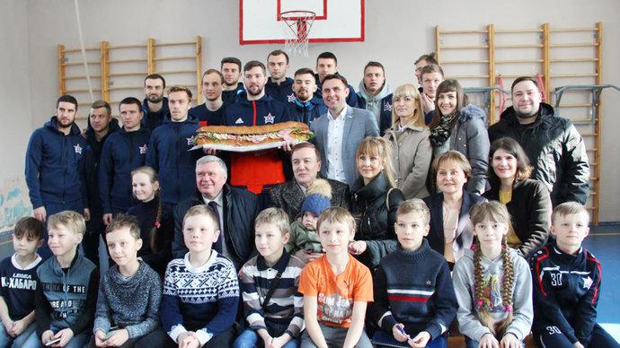 Футболисты клуба РФПЛ получили метровый бутерброд за участие в выборах президента РФ