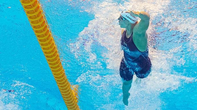 «Один из лучших заплывов в моей карьере!» 5-кратная олимпийская чемпионка проплыла весь бассейн со стаканом молока на голове ради челленджа в TikTok (видео)