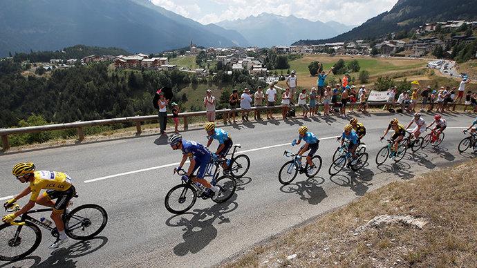 СМИ: Полиция арестовала болельщицу, из-за которой случился завал на Тур де Франс