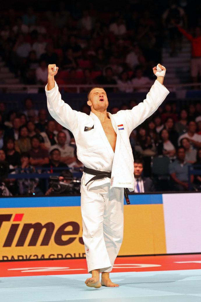 А это бронзовый призер ЧМ голландец Микаэль Коррел.