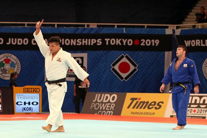 В полуфинале россиянина ждал Чо Гу Хам. Вот самоуверенный жест действующего на тот момент чемпиона мира.