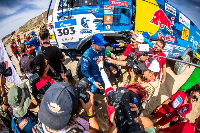 Победителю ралли-рейда в зачете грузовиков пилоту команды «КАМАЗ-мастер» Антону Шибалову после финиша пришлось долго отвечать на вопросы журналистов.