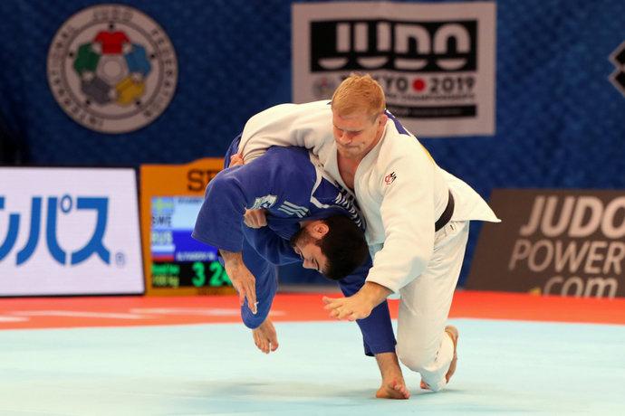 А Ильясов тем временем продолжал свой путь к финалу. Очередной жертвой стал швед Дварби.