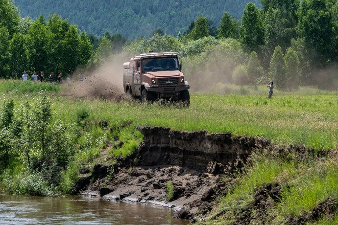 Зрители любуются грузовиком, который в этом году рискнул бросить вызов КАМАЗам.