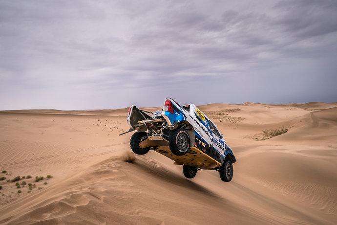Полетать на дюнах, как экипажу голландца Эрика ван Луна из команды OVERDRIVE RACING, пришлось всем участникам ралли-рейда.