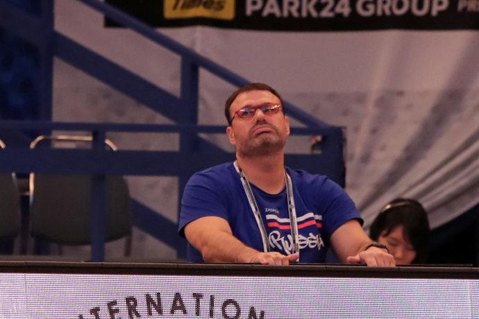 Тренер женской сборной Дмитрий Морозов явно расстроен.