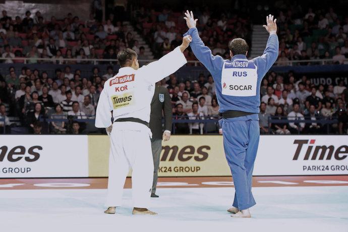 А вот это красиво: два измотанных спортсмена на татами. И кореец признает победу Ильясова.
