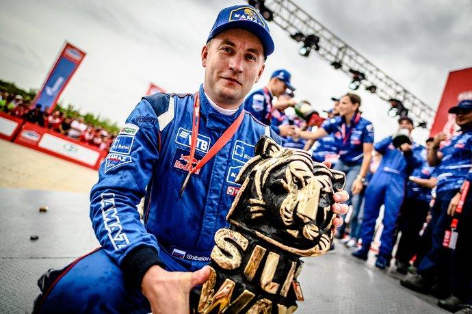 Пилот команды «КАМАЗ-мастер» Антон Шибалов с «Белым тигром» - призом для победителя ралли-рейда в зачете грузовиков.
