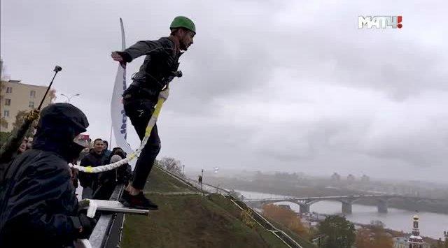 Савин проигрывает спор и прыгает с моста