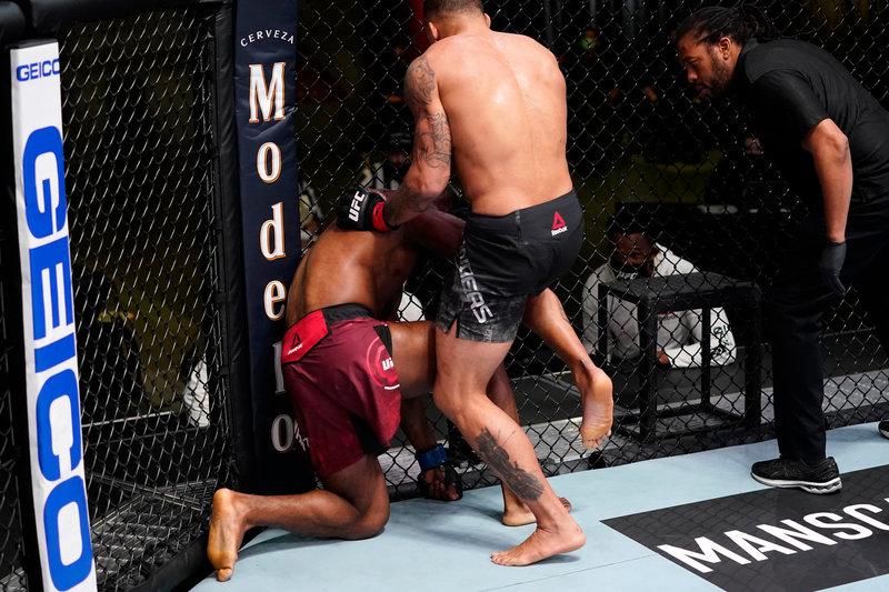 Главный бой UFC остановлен после тычка пальцем в глаз. Дэйна Уайт постит фото, а в ММА пора менять правила