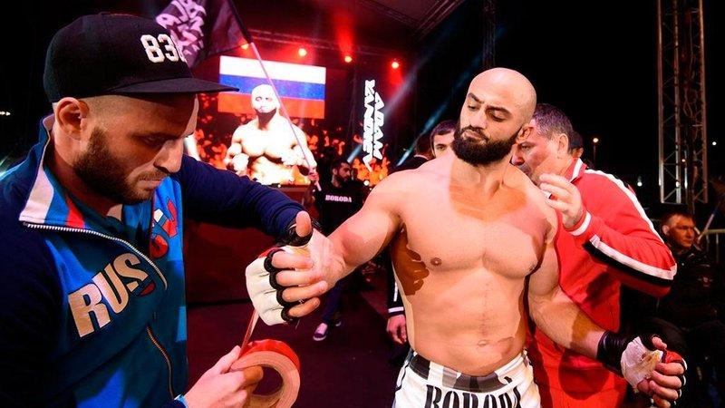 «Что ты исподтишка бьешь?» На Сергея Харитонова напал боец UFC Адам Яндиев