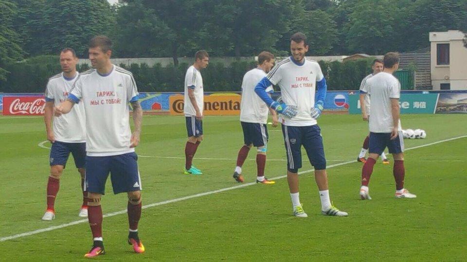 Игроки сборной России вышли на тренировку в футболках с надписью «Гарик, мы с тобой»
