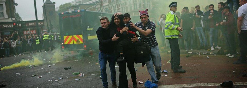 Атака на автобус «Манчестер Юнайтед». Болельщики «Вест Хэма» сходят с ума