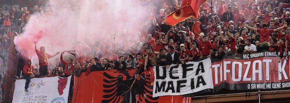 «Мы оскорбляли сербов, но не потому что их ненавидим». Болельщики дебютантов Евро вспоминают исторические минуты