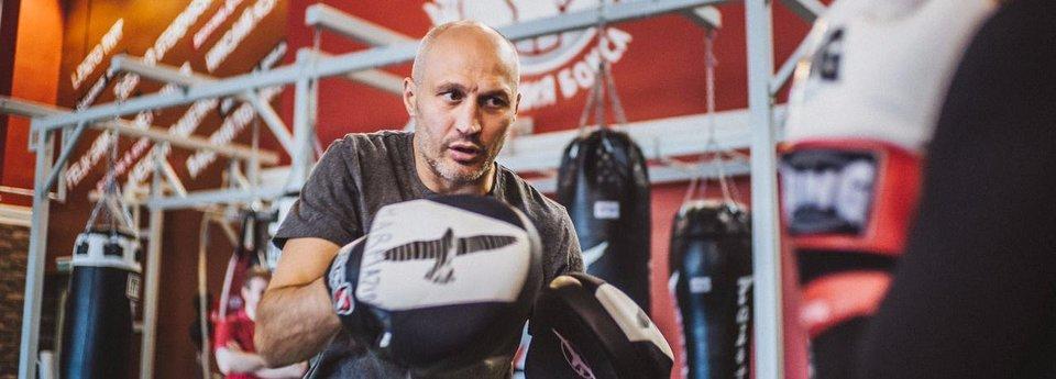 «Пробовали работать с Ковалевым, не получилось». Почему боксер и тренер Кармазин работает в США