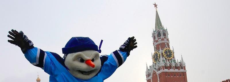Снеговик, олени и лошади – на Красной площади. Что вытворяют маскоты клубов КХЛ