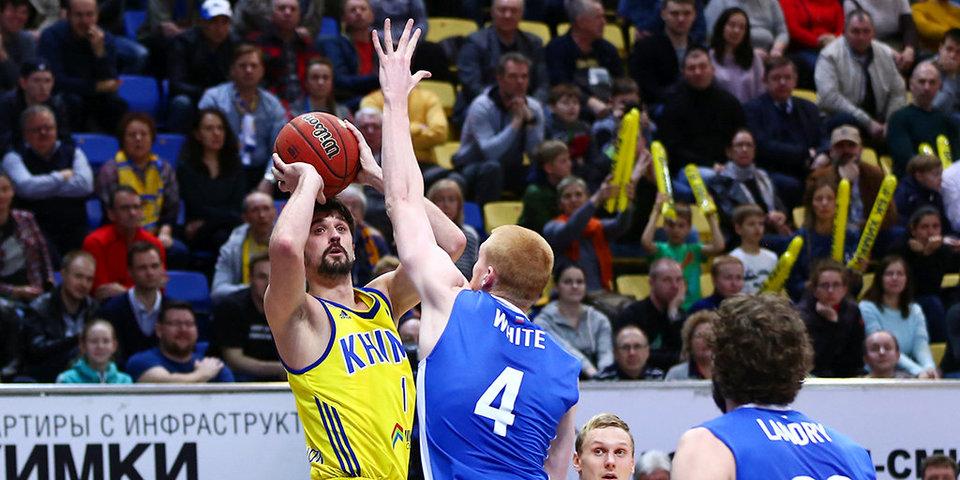 Карасев показывает Шведу, как забивать трехочковые