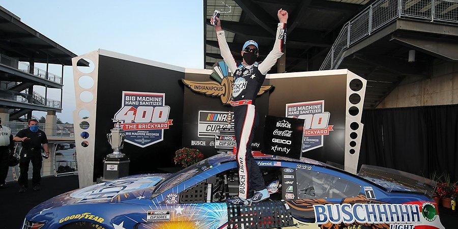Харвик выиграл этап NASCAR в Индианаполисе. Гонку остановили из-за массовой аварии на пит-лейне, механика увезли в больницу (видео)