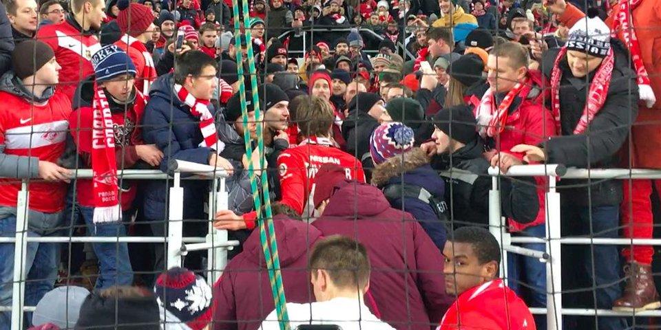 Игроки «Спартака» идут на трибуны после победы над «Рубином»
