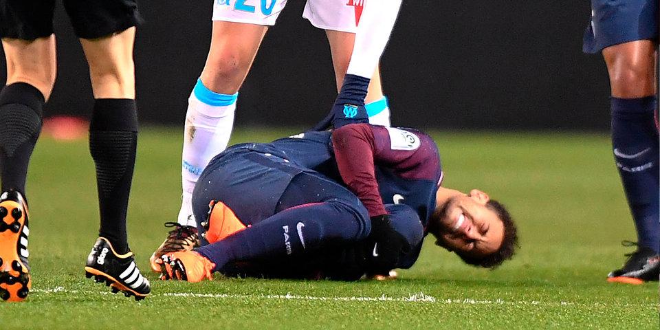 Неймар получил травму и не смог сдержать слез. Бразильца унесли на носилках