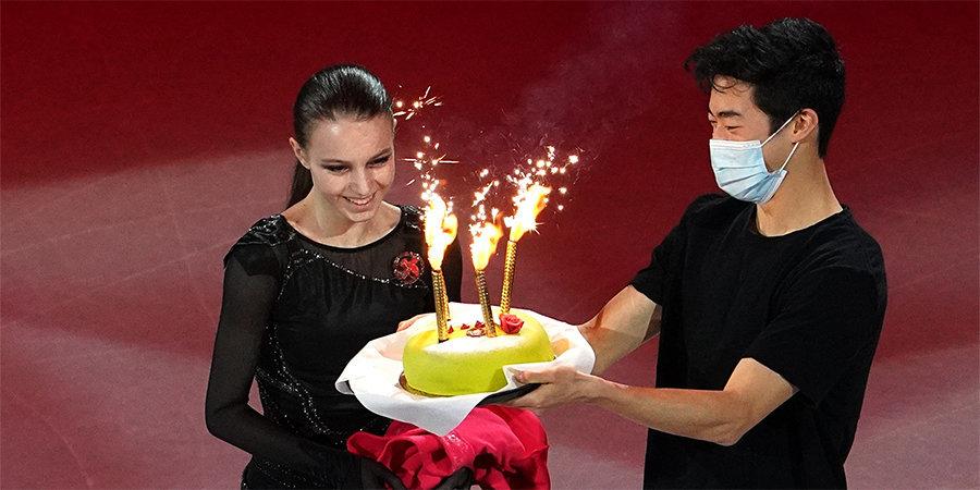 Чен поздравил Щербакову с днем рождения и вынес на лед торт во время показательных выступлений