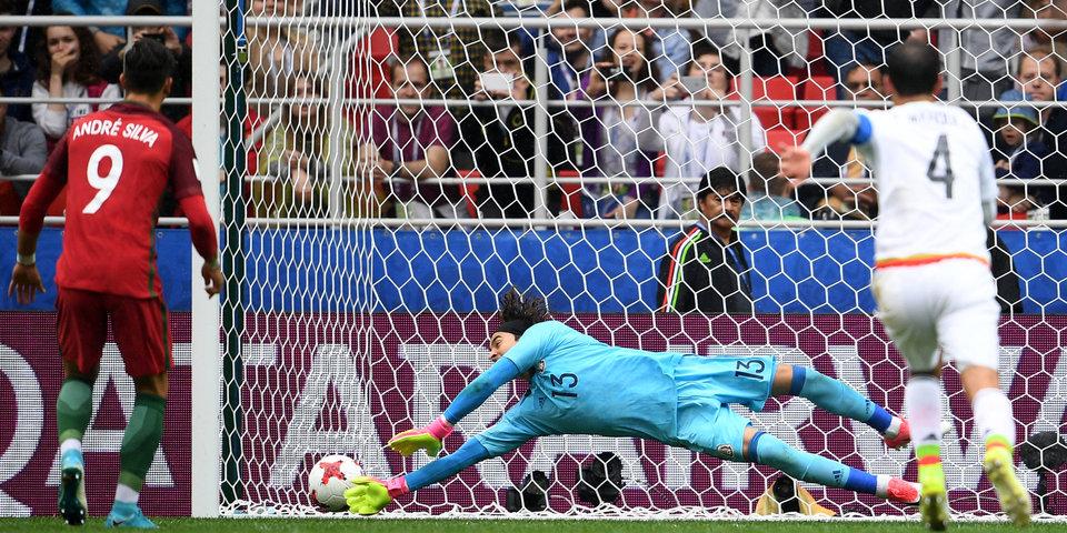 Худший удар в карьере Нету, космические сейвы Очоа и три удаления: лучшие моменты матча Португалия - Мексика