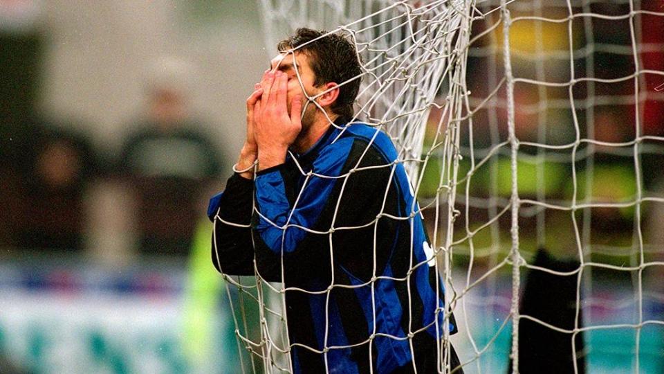 Экс-игрок сборной Италии исполнил на улице трюк с монеткой