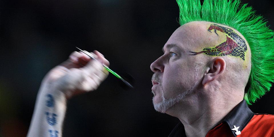 Чемпион мира по дартсу поддержал врачей необычной прической