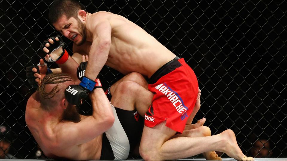 Махачев уверенно победил Ленца на турнире UFC 208