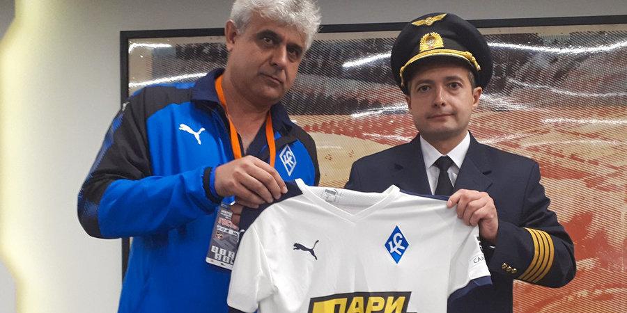 Перед матчем «Урал» — «Крылья Советов» чествовали экипаж потерпевшего аварийную посадку «Аэробуса»