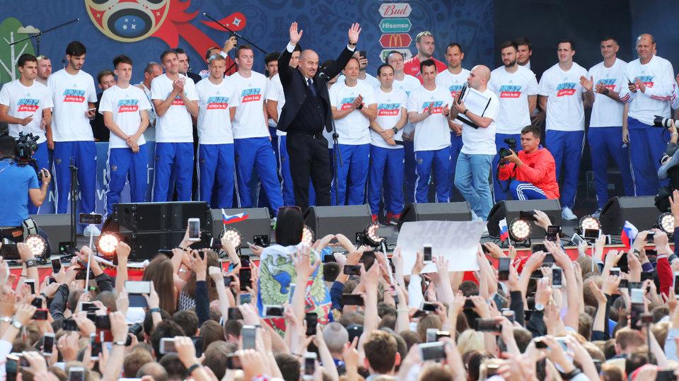 «Мы все-таки футбольная страна». Тысячи болельщиков встретили сборную России в Москве