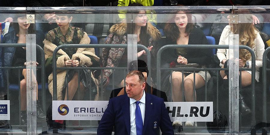 «Я не знаю, что девушки в мини у нашей скамейки делали». Как в «Динамо» отреагировали на сексуальную атаку «Спартака»