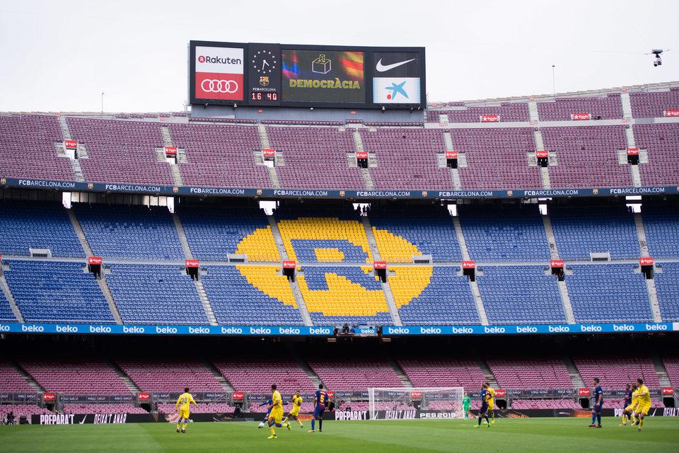 Демонстранты, баннеры и пустые трибуны. Что творилось на матче «Барселоны»