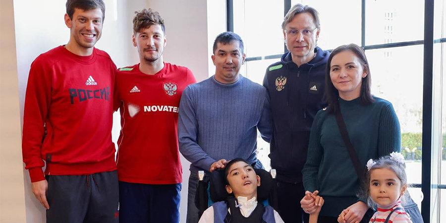 Футболисты сборной России сделали пожертвование мальчику, нуждающемуся в реабилитации