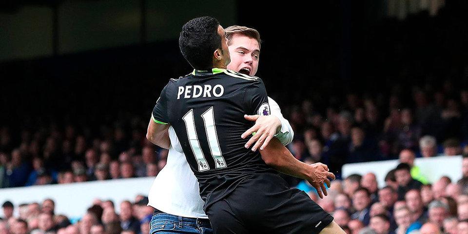 Педро забивает супергол и празднует с фанатом