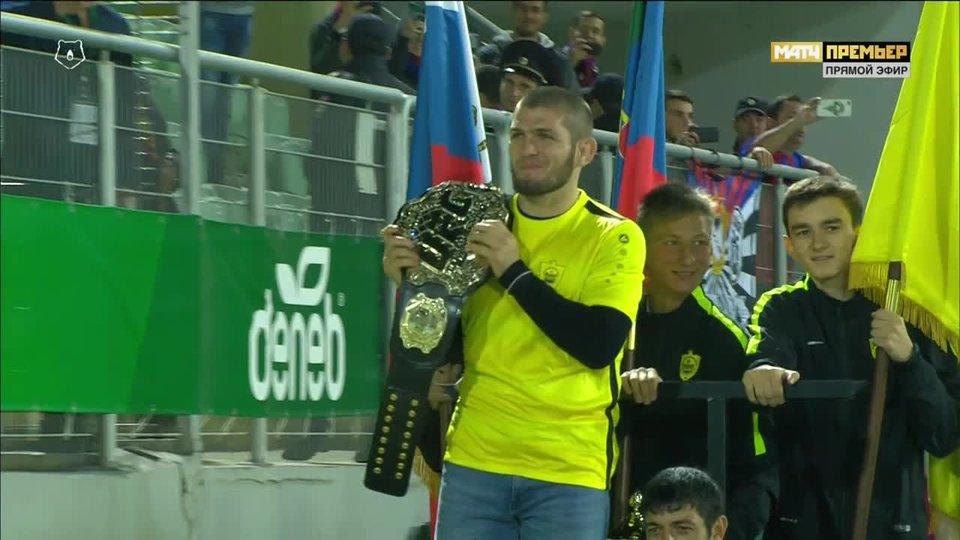 Нурмагомедов нанес первый удар в матче между «Анжи» и ЦСКА