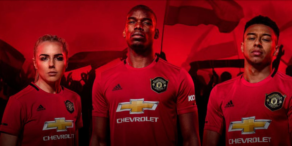 «Манчестер Юнайтед» презентовал домашнюю форму на новый сезон. Она посвящена треблу 1999 года