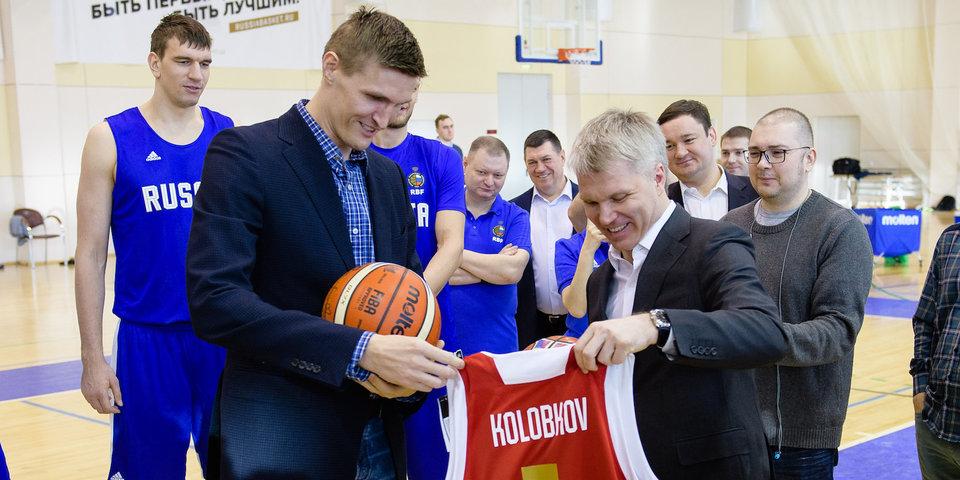 Министр спорта меняет фехтование на баскетбол, а президент РФБ подает ему мячи. Мощное видео и цитаты