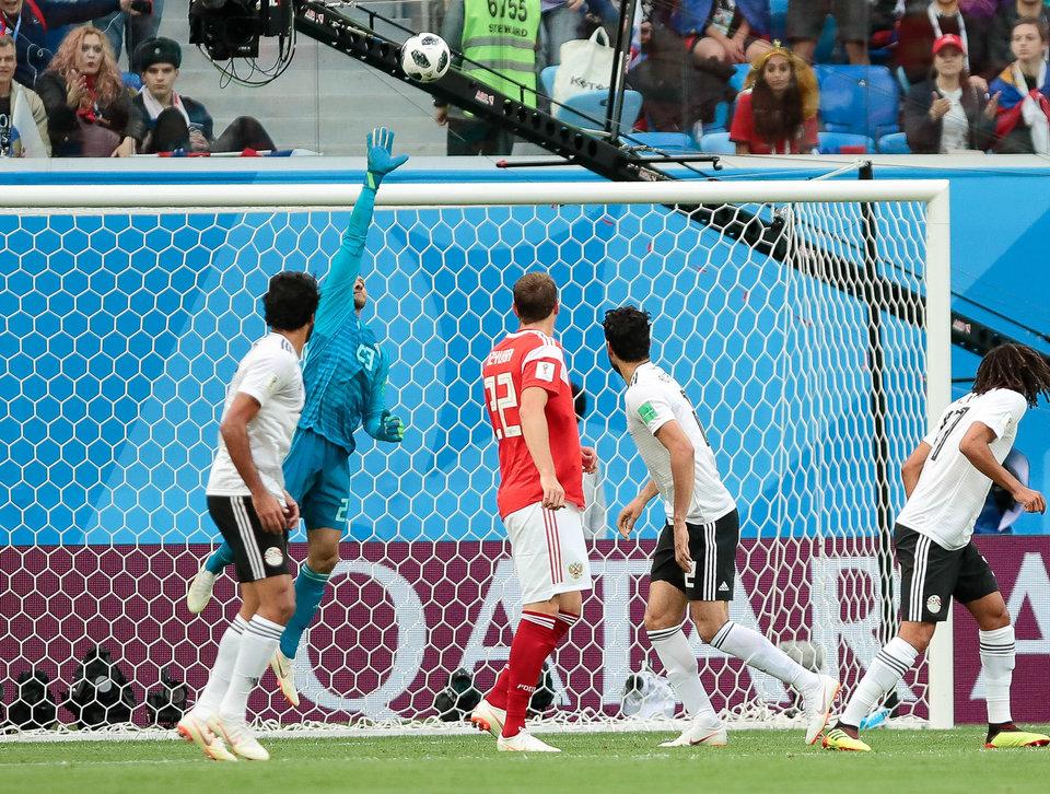 Вратарь сборной Египта извинился перед болельщиками после поражения от России