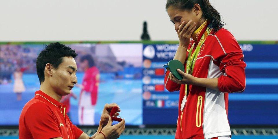 Китайские олимпийцы обручились на церемонии награждения, пловца из США ограбили. Что произошло, пока вы спали