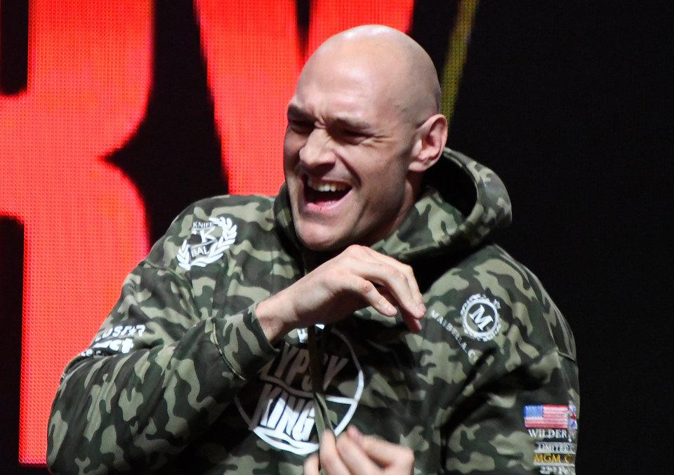 Экс-чемпион UFC Кормье заявил, что Фьюри победил Уайлдера после «безумно медленного» отсчета нокдауна британцу