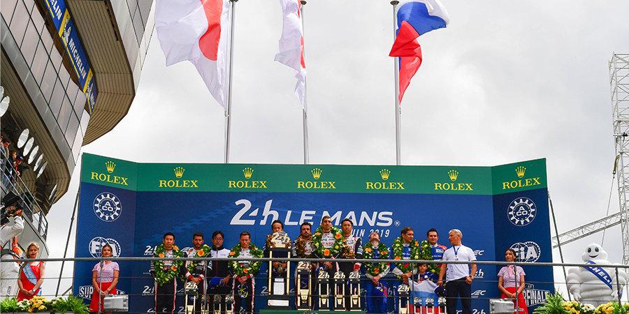 Петров показал трофей за третье место в гонке «24 часа Ле-Мана»