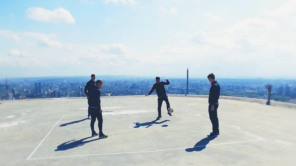 Футболисты «Урала» поиграли в мяч на крыше небоскреба
