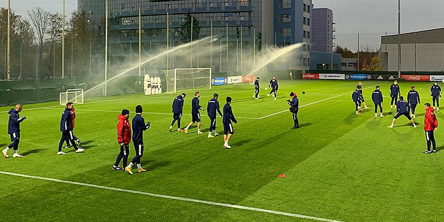 Сборная России тренируется в полном составе перед матчем со Словакией